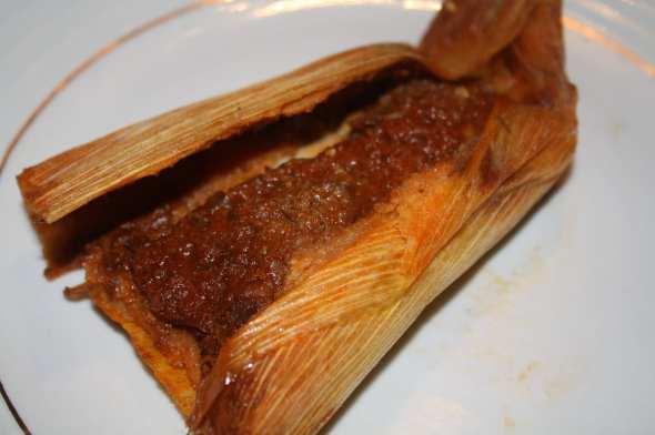 Tamal de carne de res en chile rojo, toda una delicia. (Foto de Agustín Durán/El Pasajero).
