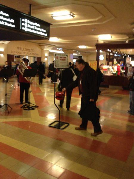 Un usuario de Union Station deposita su ayuda para los necesitados en esta temporada navideña. (Foto José Ubaldo/El Pasajero).