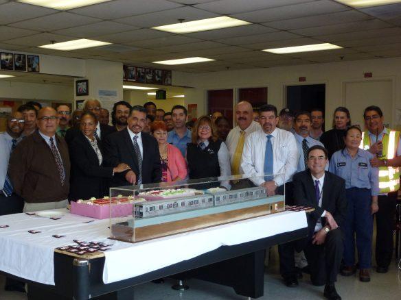 Docenas de empleados de la Línea Roja, encabezados por el jefe de Operaciones, Frank Alejandro (al centro, cortando el pastel), celebraron el 20 aniversario de esa línea.