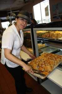 Daniela Delgado, supervisora del restaurante indicó que el servicio y la atención al cliente son dos de los aspectos más importantes de Tropicana. (Foto de Agustín Durán/El Pasajero).