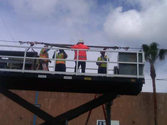 Reparación del sistema de cables de energía electrica. (Foto Metro).