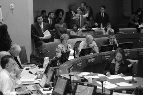 El supervisor Mark Ridley-Thomas explica su moción en la Junta Directiva de Metro. Foto: condado de Los Ángeles.