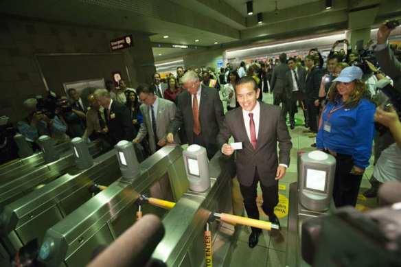 El alcalde de Los Angeles Antonio Villaraigosa, supervisor Michael D. Antonovich probando la efectividad de los torniquetes. (Foto Josh Southwick/Metro).