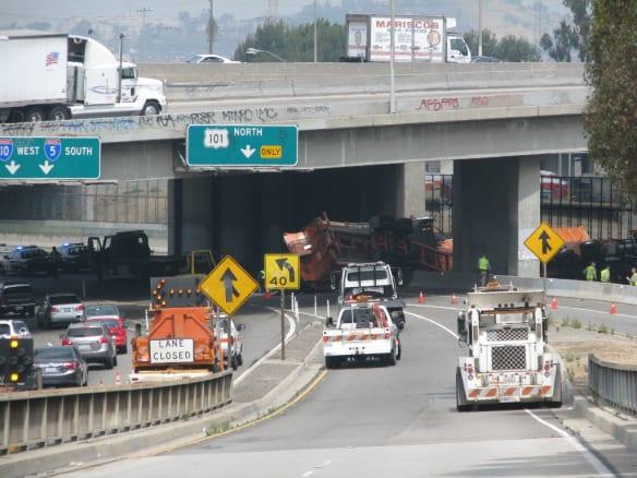 Vista de la autopista bloqueada por la volcadura de un trailer. Foto: Metro.