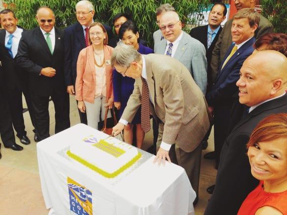 Un grupo de funcionarios corta el pastel para festejar el décimo aniversario de la Línea Dorada. Foto: Steve Hymon/Metro.