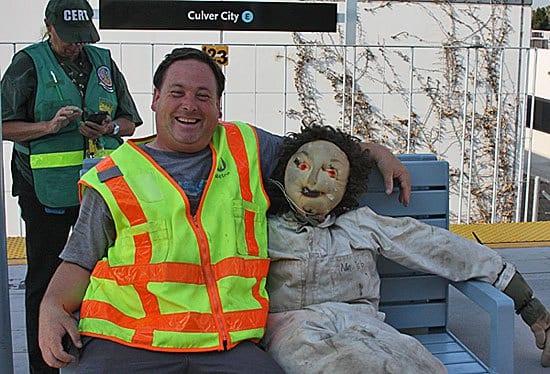 Dwight Sturtevant con un muñeco utilizado para simular accidentes en Metro. Foto: cortesía de Zebweb.
