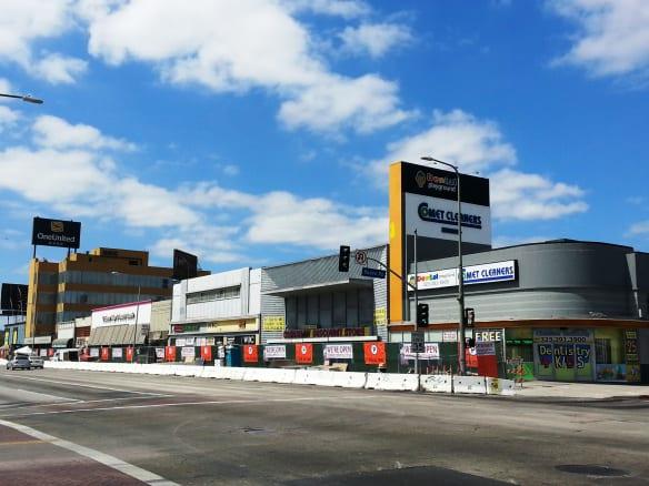 Negocios ubicados en la esquina de Crenshaw Boulevard y Rodeo Road. Foto: Anna Chen/Metro.
