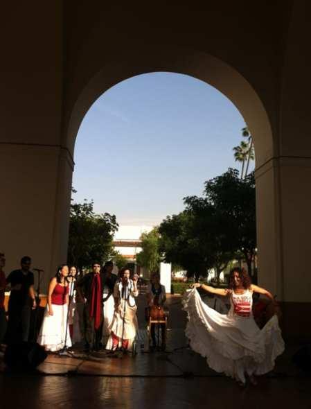 El grupo Atabey interpreta y baila música de Puerto Rico.