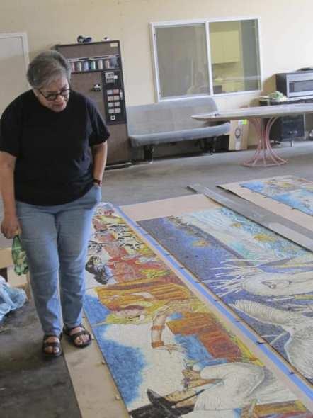 La artista inspecciona el proceso de elaboración de su obra. Foto: Perdomo Studio.