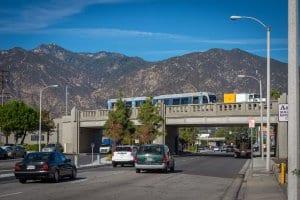 Puente sobre Santa Anita Avenue en Arcadia, durante la fase de pruebas del tren. Foto: Metro.