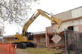 Demolición de un edificio para construir la estación Expo/Crenshaw.