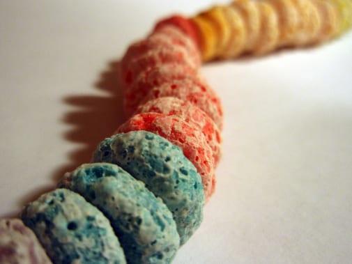 Un collar hecho con cereal de frutas.