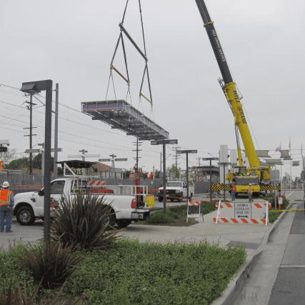 Instalación del nuevo pabellón en la estación Compton.