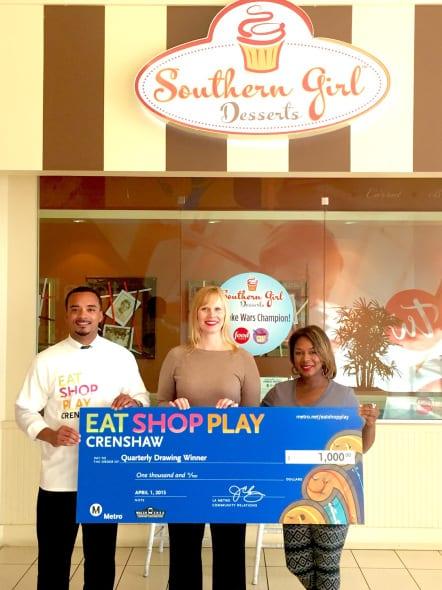 Erin Küchenmeister (al centro), ganadora del primer sorteo. A la izquierda, JC Lacey, enlace de Negocios de Metro y a la  derecha, Shoneji Robinson, dueña de Southern Girl Desserts.