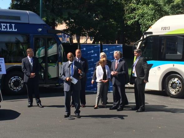 El director general ejecutivo de Metro, Phil Washington, con otros líderes en la cumbre de Mobility 21.