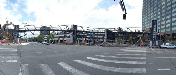 El nuevo puente peatonal que conecta la estación Universal/Studio City con el autobús especial que va hasta los estudios.