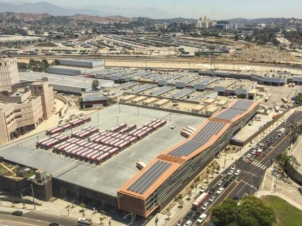Paneles solares en la División 13. Foto: Metro.