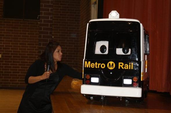 Jennifer Mendoza Arndt durante una de sus presentaciones con un robot en forma de tren.