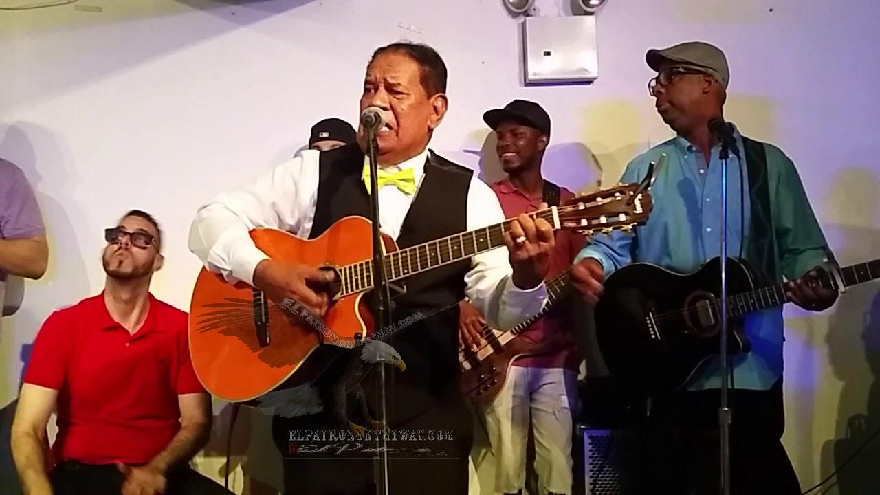 Jose Manuel Calderon-Bebiendo En La Barra