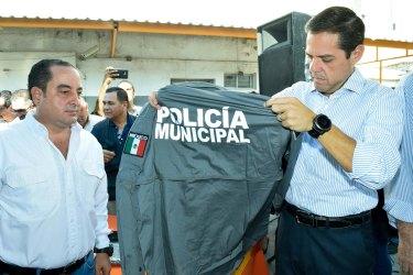 Entrega de uniformes a policias 6