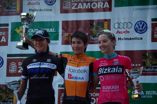 Podio élite: Anna Kiesenhofer (izquierda), Anna Ramirez (centro) y Kim Le Court (derecha)