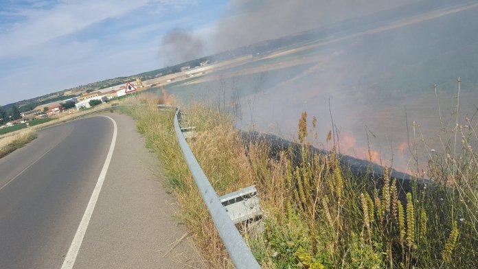 Un pequeño incendio sorprendió a los ciclistas a poco más de 1 kilómetro para meta