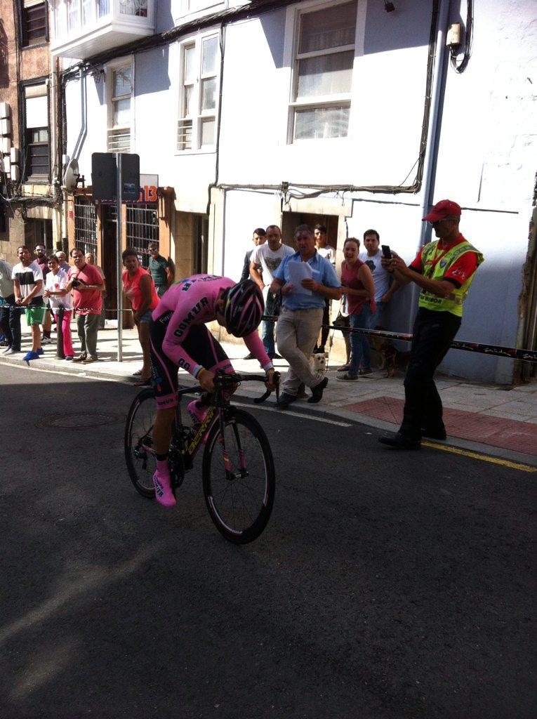 Antonio Angulo , vencedor de la crono en Santander, sufriendo en los últimos metros (Foto: @Isma213 )