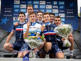 Nicolas Malle y Emilien Jeanniere rodeados de sus compañeros de selección. Foto © UEC