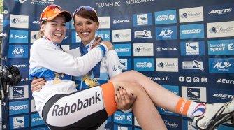 Anna van der Breggen, en brazos de su compañera de equipo Kasia Niewiadoma tras ser ambas campeonas de Europa. Foto © UEC