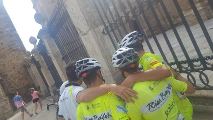El abrazo en Astorga, fiel reflejo del etapón protagonizado por los gallegos en la 3ª etapaa de la Vuelta a León