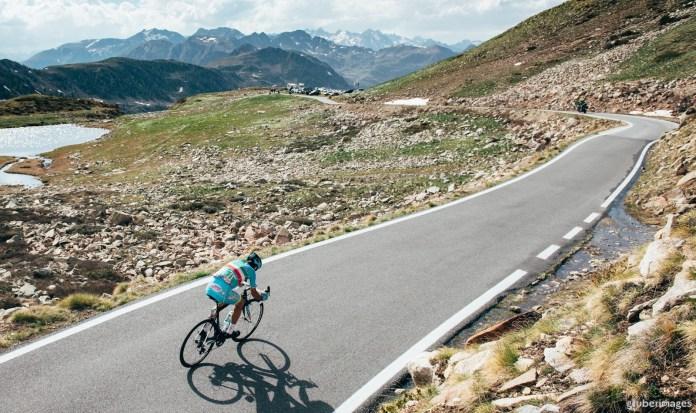 Nibali recorrió en solitario los últimos kilómetros de la 20º etapa, disputada en los espectaculares Alpes franco-italianos. © Cor Vos
