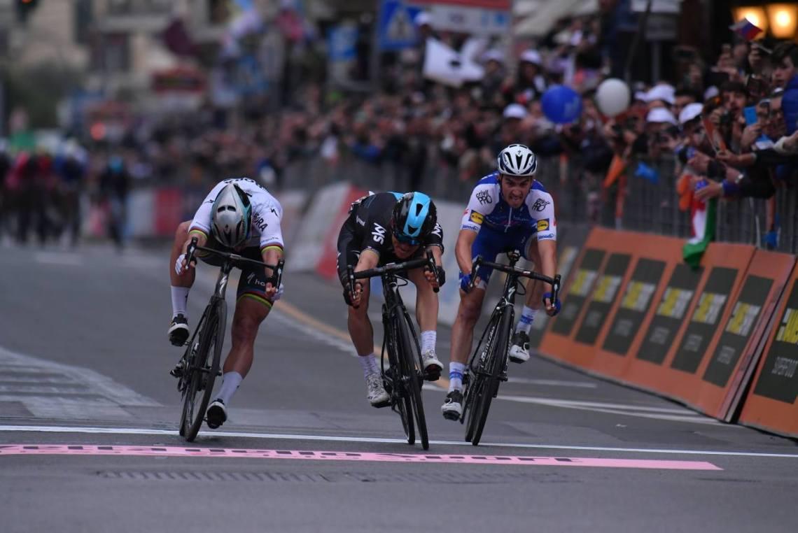El sprint final. Describirlo como agónico es quedarse corto. Una llegada para el recuerdo. © Tim de Waele