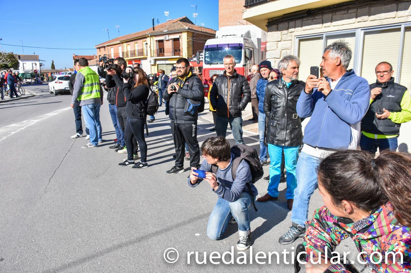 La prensa agolpada en la meta de una Copa de España. © Rueda Lenticular