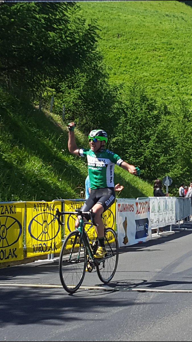 Manuel Sola entrando victorioso en la prestigiosa Subida a Urraki (Foto: @Mertxe_Beriain )