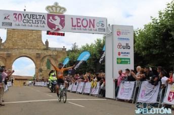 Oier Ibarguren entra triunfante en la meta de Sahagún (Foto: Fabio López. ElPelotón)
