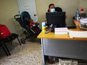 Oficial con niño en la oficina
