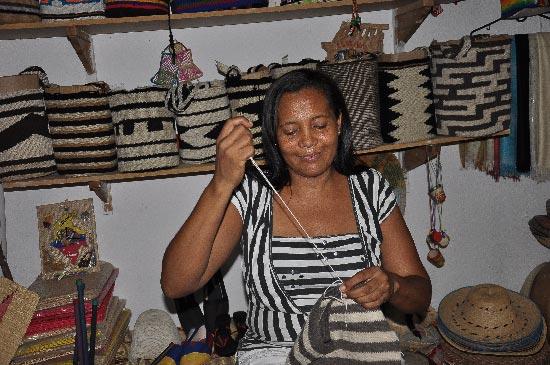 Elizabeth Redondo Arias, es una de las tejedoras de las mochilas kankuamas. EL PILÓN / Eduardo Coronado.
