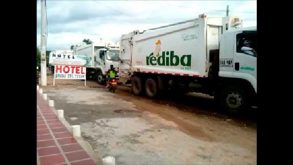 En la gráfica se pueden apreciar los camiones cargados de basuras en la vía que conduce al relleno sanitario. Cortesía/ EL PILÓN