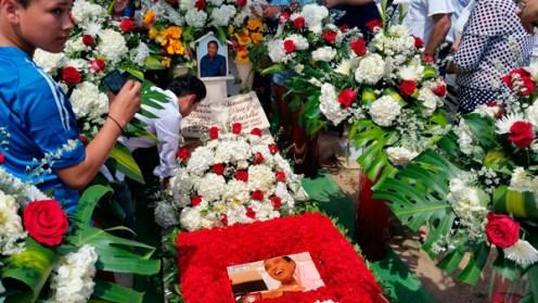 Los seguidores aprovechan para tomar fotos al sepulcro. Carlos Mario Jiménez/EL PILÓN.