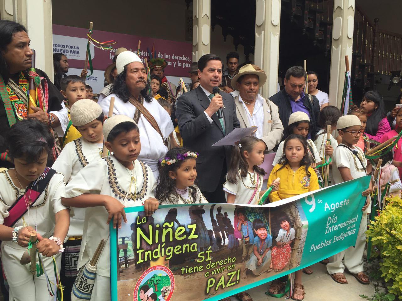 Un arhuaco y un kankuamo estuvieron el martes pasado en Bogotá, en el marco de la conmemoración del Día Internacional de los Pueblos Indígenas. Suministrada/EL PILÓN