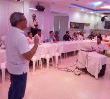 El director del PDPC, Amaury Padilla, expuso ante funcionarios de alcaldías, empresas privadas y la Red de Pobladores, las oportunidades productivas a través de alianzas con las comunidades.