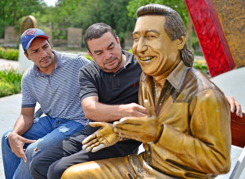 Carlos Misael Martínez y Jhon Peñaloza se sentaron por primera vez en su obra cumbre que hoy es la más visitada en Valledupar. Foto Jaider Santana.