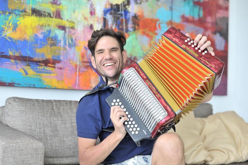 'Juancho' De la Espriella puso a disposición del público el tema 'Una canción eterna', con la voz de Jean Carlos Centeno.