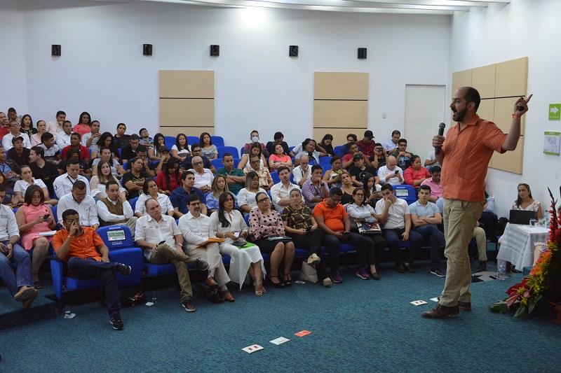 Felipe Buitrago durante su exposición de Economía Naranja con la presencia de autoridades municipales y departamentales.   Foto: Referencia.
