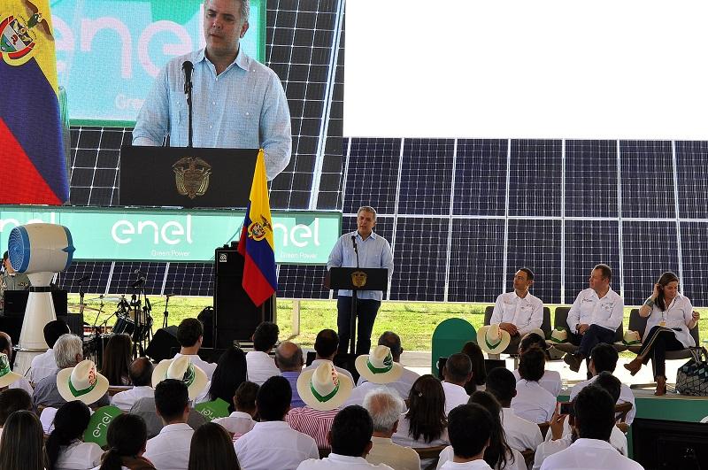 El presidente Iván Duque junto a la ministra de Minas, María Fernanda Suárez, congresistas y alcaldes del Cesar inauguró la primera planta solar más grande de Colombia.  Foto: Cortesía Presidencia de la República.