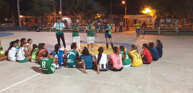 El grupo de chicas que asistieron al primer filtro tienen la ilusión de representar al departamento del Cesar en el Torneo Nacional de Futsalón en Venadillo, Tolima.   Foto: Cortesía.