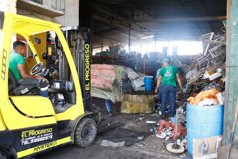 Alrededor de 18 trabajadores se encargan de pesar y cargar a las mulas los residuos que llegan a la chatarrería El Reposo.