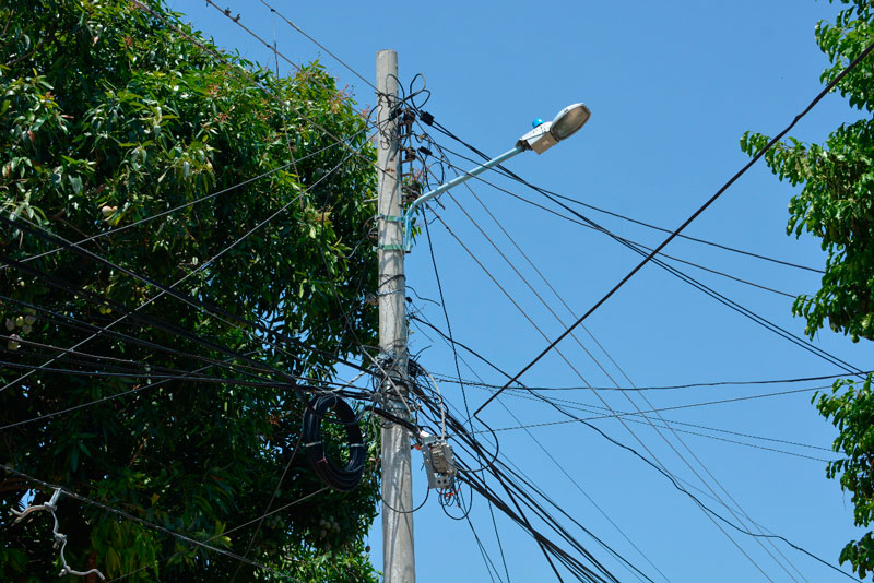 Muchos cables a baja altura también llaman la atención de la comunidad que cree que deben ser retirados u organizados de una mejor manera.