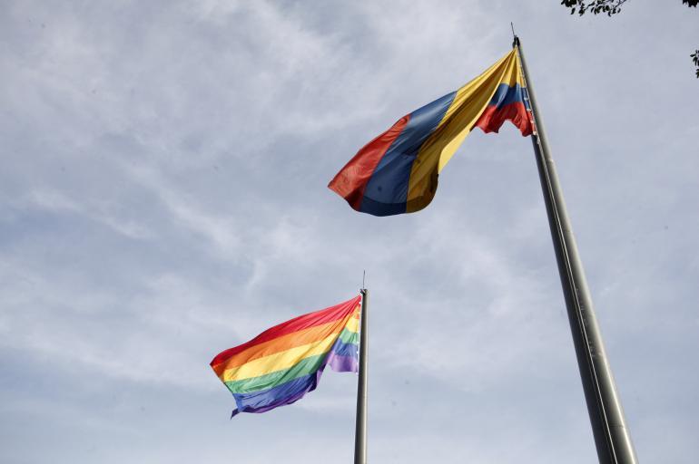 La bandera fue izada por la Alcaldía de Medellín a manera de conmemoración por el mes de la diversidad sexual y de género.  FOTO: REFERENCIA.