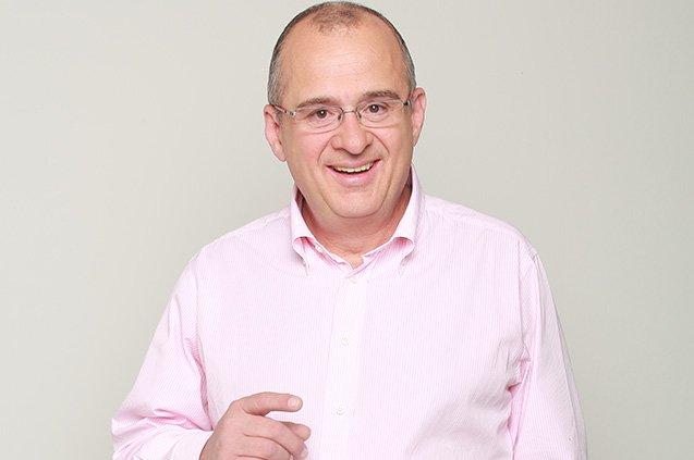 Jota Mario Valencia, presentador de entretenimiento.   Referencia.